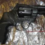 Nielegalną broń wyrzucił do rowu