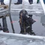 Nurkowie ćwiczą pod lodem na jeziorze Czos