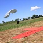 Ćwiczą skoki spadochronowe