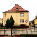 Sąd umorzył postępowanie w sprawie oplakatowania biura PiS w Węgorzewie