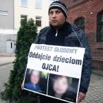 Głodujący przed sądem ojciec musiał przerwać protest