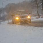 Trudne warunki drogowe na Warmii i Mazurach. Jazdę utrudniają opady śniegu i silny wiatr