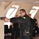 Policjanci ćwiczyli użycie paralizatora