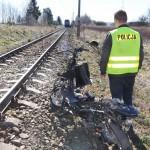 Motorowerzysta wjechał pod pociąg