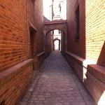 Najwęższą uliczkę Elbląga zamknięto bez odpowiednich zezwoleń