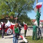 Więźniowie ze studentami wieszali flagi