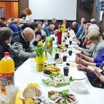 Wielkanocne śniadanie bezdomnych i samotnych w Piszu