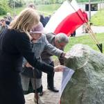 + Politycy i sympatycy PiS odsłonili pamiątkowy obelisk