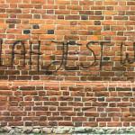 Zniszczona elewacja bazyliki św. Jakuba w Olsztynie