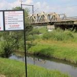 Tablice strzegą przed kąpielą w rzece Elbląg
