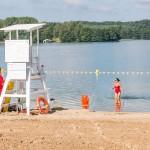 Pływacy pościgają się na jeziorze Ukiel