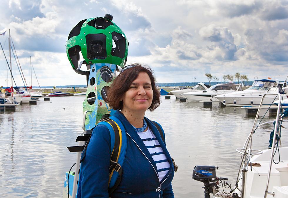 Joanna PIotrowska, burmistrz Giżycka z plecakiem street view. Fot Sławomir Ostrowski
