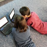"""""""Młodzi żyją równocześnie w świecie wirtualnym i realnym"""". Resort cyfryzacji rozpoczął akcję """"Nie zgub dziecka w sieci"""""""