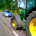 Był kompletnie pijany i zaorał drogę. Policja zatrzymała 57-letniego traktorzystę