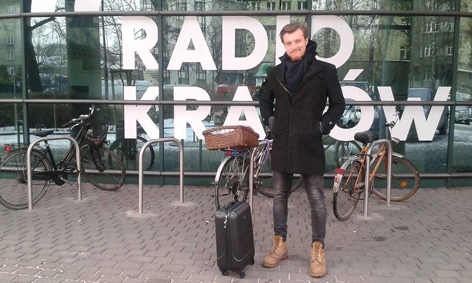 Karol Surówka, dziennikarz Radia Kraków wyrusza samolotem w podróż do Olsztyna