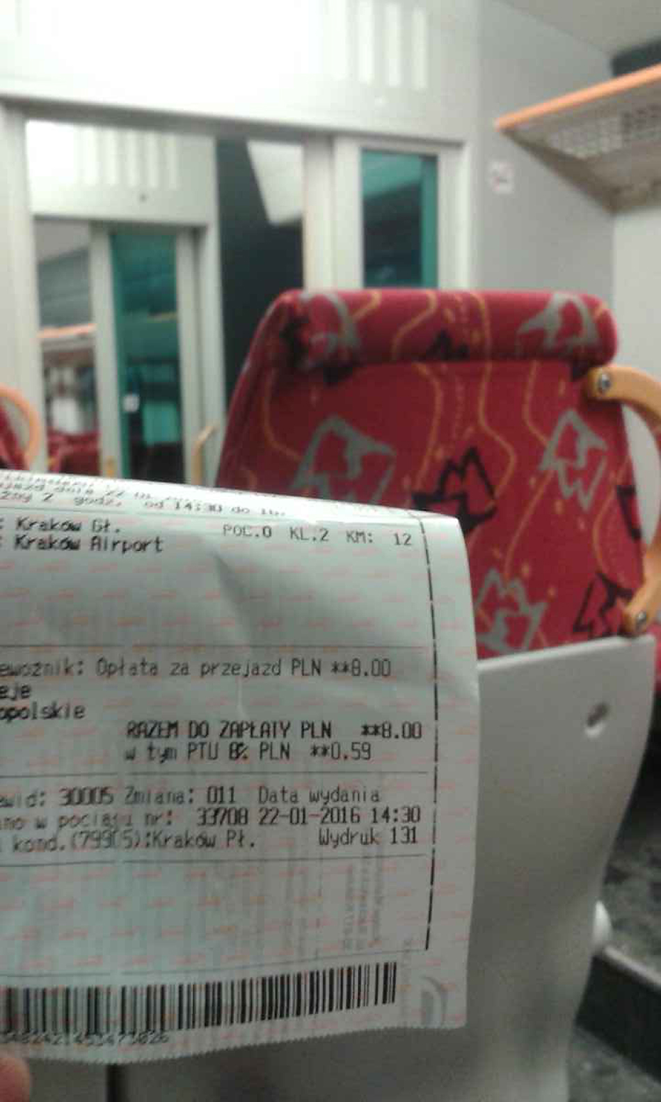 Reporter Radia Kraków jedzie pociągiem na lotnisko w Balicach