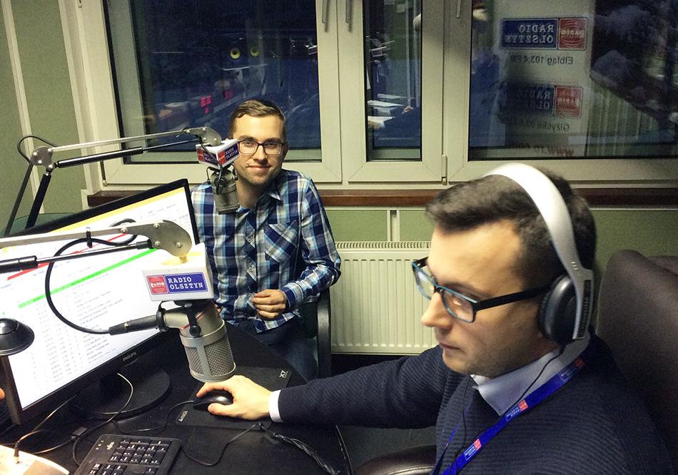 Około godz. 16.30 w studiu Radia Olsztyn pojawił się pierwszy dziennikarz: Bartek Niemiec (z lewej) z Radia Kraków. Rozmawia z nim Wojciech Jermakow. Fot. Sławomir Ostrowski