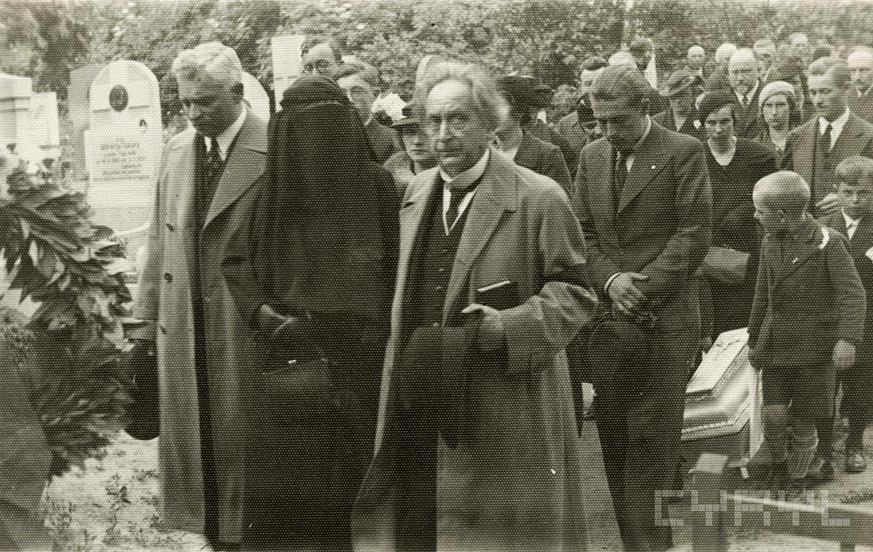 Feliks Nowowiejski (na pierwszym planie) w kondukcie pogrzebowym członka rodziny. Zdjęcie z prywatnego archiwum rodziny Nowowiejskich udostępnione przez Cyfrowe Repozytorium Lokalne w Poznaniu