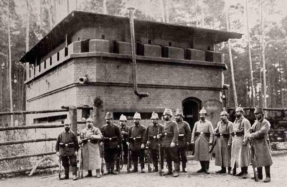 Zdjęcie archiwalne. Blokhauz murowany Szczycieńskiej Pozycji Leśnej. Dobrze widoczne stanowiska strzeleckie na piętrze w formie krenelaża