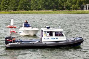 W Olsztynie policja wodna pomogła 60-letniemu sternikowi, który wpadł do jeziora. Fot. Sławomir Ostrowski