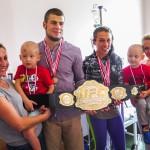 Wojownicy MMA dali medale wojownikom walczącym z rakiem