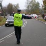 Policja usuwa auta z okolic cmentarza