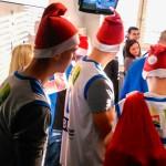 Mikołaje-sportowcy z prezentami u pacjentów szptala dziecięcego