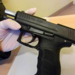 Na granicy w Grzechotkach zatrzymano Rosjanina, który chciał wwieźć do Polski pistolet