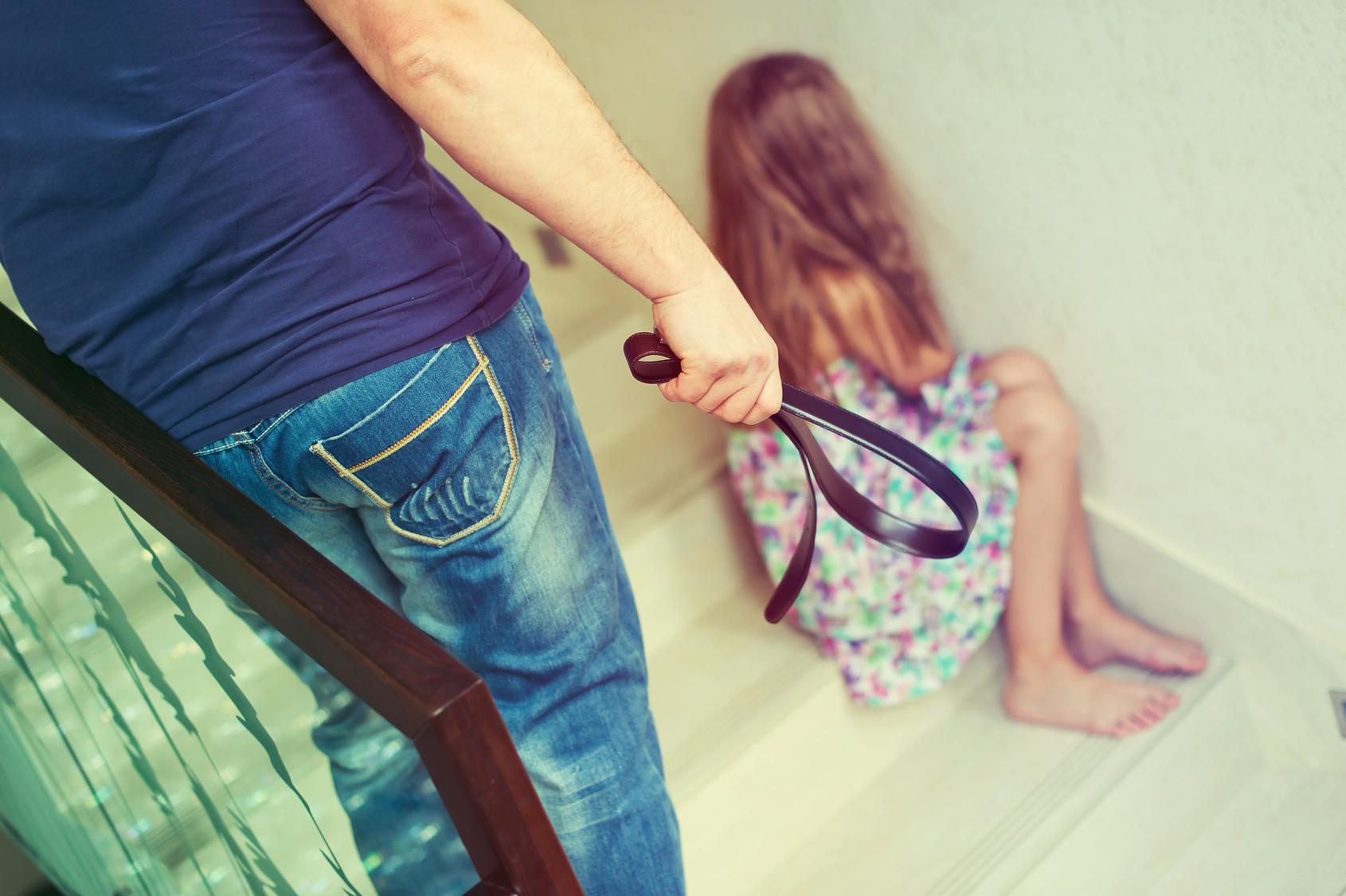 Смотреть мама и папа бьют дочку ремнем, Мама отшлепала дочку по юной попке 19 фотография