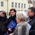 Przedstawiciele opozycji zbierali podpisy pod wnioskiem o referendum w sprawie reformy edukacji