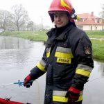 Do rzeki Ełk wyciekła nieznana substancja. Miejskie służby sprawdzają skąd pochodzi plama wydzielająca nieprzyjemnych zapach