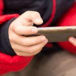 """Prawie 96% polskich nastolatków codziennie korzysta z internetu. """"Są przez cały czas online"""""""