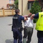 Rodzinna tragedia koło Ełku. Matka i jej dwóch synów z ranami głowy przewiezieni do szpitali. Policja znalazła siekierę i zatrzymała 60-latka