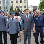 Polska policja ma 345 nowych oficerów. Najlepsi absolwenci Wyższej Szkoły Policji w Szczytnie odebrali nominacje z rąk szefa MSWiA