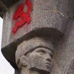 """Dawni opozycjoniści muszą zapłacić za  pomalowanie olsztyńskich """"szubienic"""". Sąd apelacyjny podtrzymał wcześniejszy wyrok"""