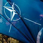 """""""Trzeba im tę Polskę pokazywać"""". Weterani Powstania Warszawskiego spotkali się z żołnierzami NATO stacjonującymi w Bemowie Piskim"""