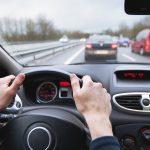 CBOS: Polacy czują się coraz bezpieczniej na drogach. Nadal zagrożenie odczuwają piesi i rowerzyści