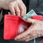 Rekordzista musiałby pracować 1198 lat, by spłacić swój dług. Najmniej zadłużeni są mieszkańcy Warmii i Mazur