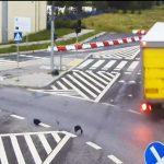Tir staranował znaki drogowe i sygnalizację w Olsztynie. Zobacz nagranie z monitoringu