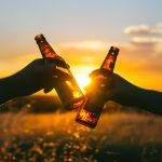 Wakacje to czas, gdy dzieci i młodzież sięgają po alkohol. Niemal codziennie policja odnotowuje takie przypadki