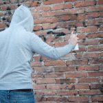 25-latek malował graffiti na budynku. Zatrzymał go policjant wracający ze służby