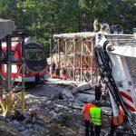 W okolicy Samborowa remontowany wiadukt spadł tuż przed przejeżdżającym pociągiem