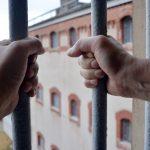 Wyjechał za granicę, aby nie trafić do więzienia. Wpadł, gdy przyjechał odwiedzić bliskich