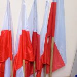 Dla żartu ukradli flagi państwowe. Przed sądem odpowiedzą na poważnie
