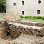 W Pasłęku szukali tunelu a odkryli mur średniowieczny. Na razie musieli go zasypać