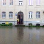 Elbląg walczy z wodą po deszczach. Rzeka Kumiela wystąpiła z brzegów. Udało się uratować szpital