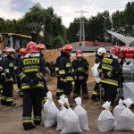 Będą symulować ewakuację i naprawę wałów przeciwpowodziowych. Rozpoczęły się ćwiczenia strażaków koło Braniewa