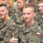 Za mundurem młodzież sznurem. Kusi ich pewność zatrudnienia, możliwość awansu i przywileje
