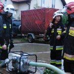 Strażacy wypompowują wodę z podtopionych miejsc. Na Żuławach stan ostrzegawczy