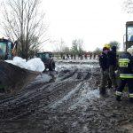 Trzy doby walczyli z przeciekającym wałem w Stankowie w gminie Markusy